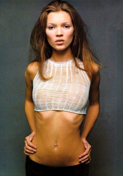 Kate Moss novinha e já feiosa.Close nesse umbigo pra fora.